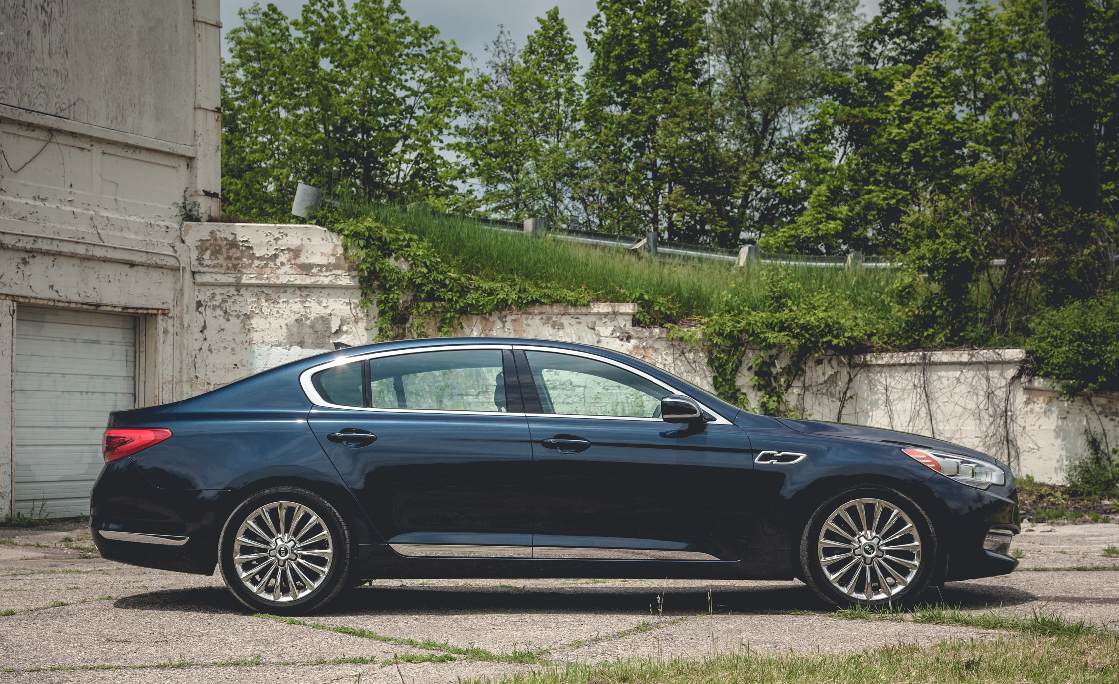 2015 Kia K900 V-8 Exterior Right Side View