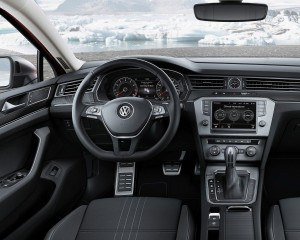 2016 Volkswagen Passat Alltrack Cockpit and Speedometer