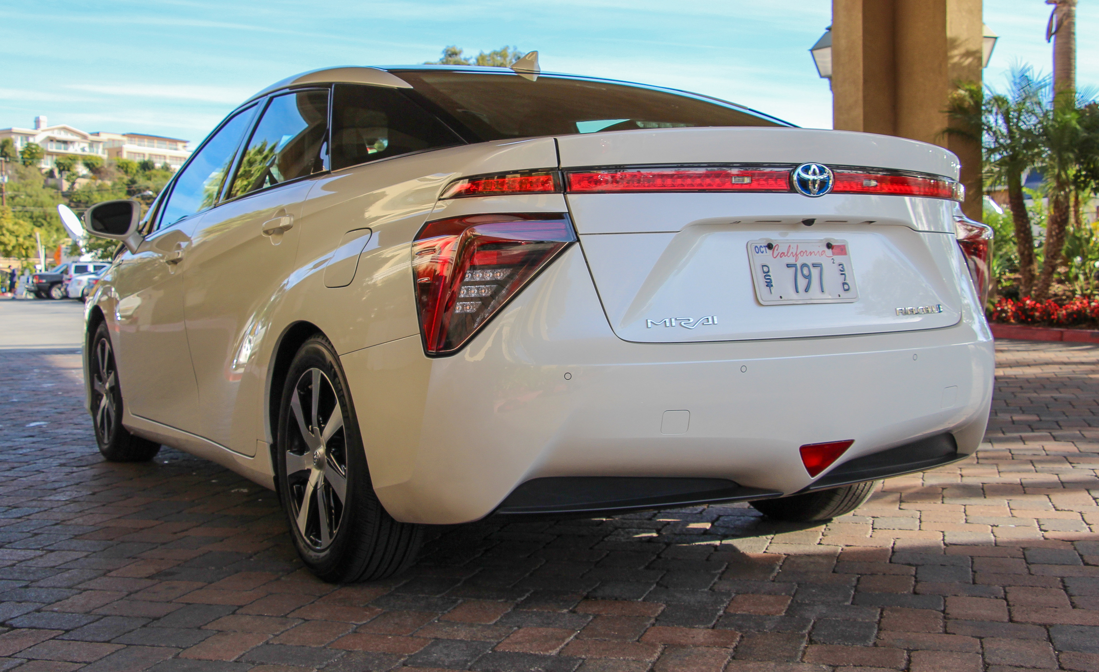 2016 toyota mirai white exterior rear and side 7786 cars performance reviews and test drive. Black Bedroom Furniture Sets. Home Design Ideas