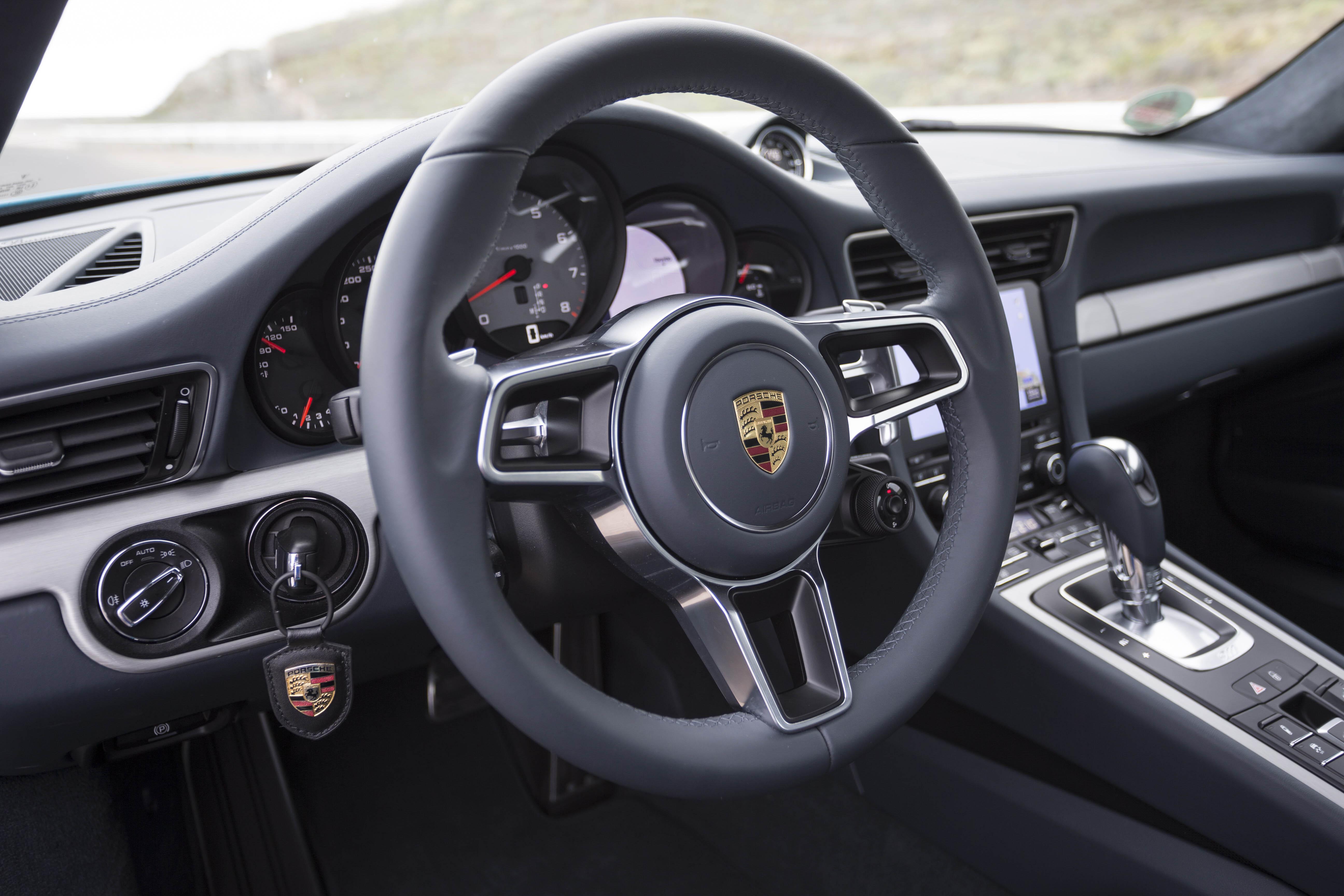 2017-Porsche-911-Carrera