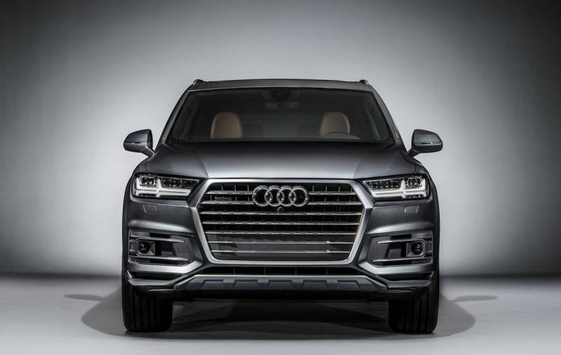 2017 Audi Q7 SUV Headlights and Grille View