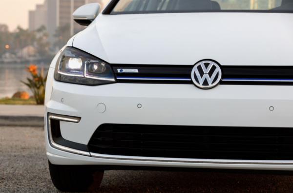 2017 Volkswagen e-Golf front review