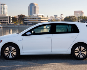 2017 Volkswagen e-Golf Side View