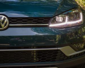 2018 Volkswagen Golf Alltrack Grille & Headlights View