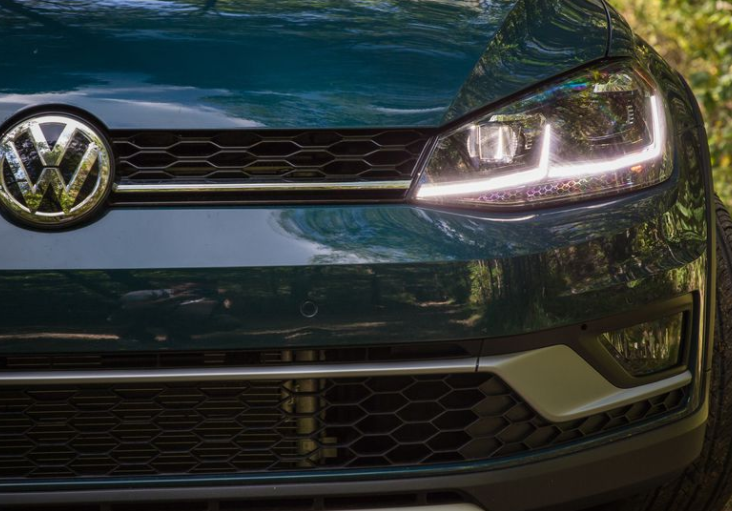 2018 Volkswagen Golf Alltrack Grille & Headlights View