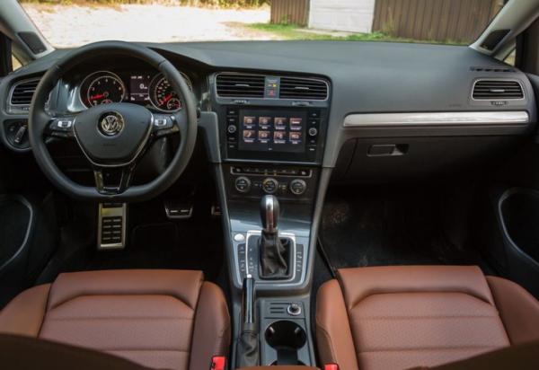 2018 Volkswagen Golf Alltrack steering dashboard review